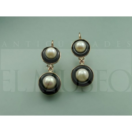 Earring of onyx and pearls