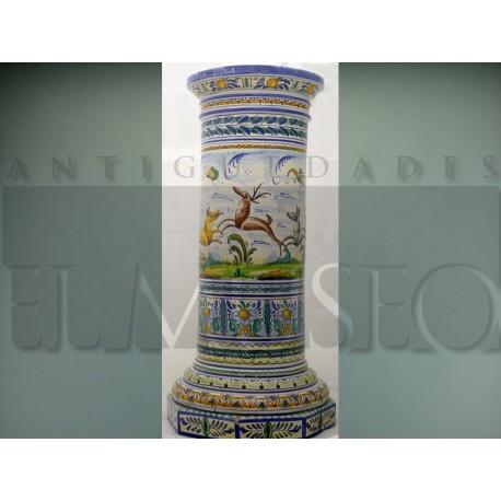 Pareja de columnas con maceteros